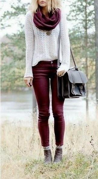 Vereinigen Sie einen weißen Mohair Pullover mit einem Rundhalsausschnitt mit einem Unterteil, um einen schicken, glamurösen Look zu erhalten. Dunkelbraune Leder Stiefeletten putzen umgehend selbst den bequemsten Look heraus.