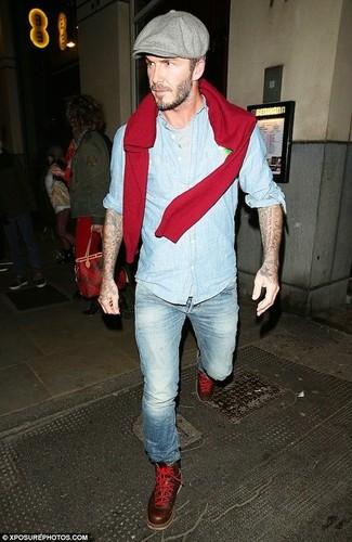 Kombinieren Sie einen roten Pullover mit einem Rundhalsausschnitt mit hellblauen Jeans für ein bequemes Outfit, das außerdem gut zusammen passt. Fügen Sie dunkelbraunen Lederstiefel für ein unmittelbares Style-Upgrade zu Ihrem Look hinzu.