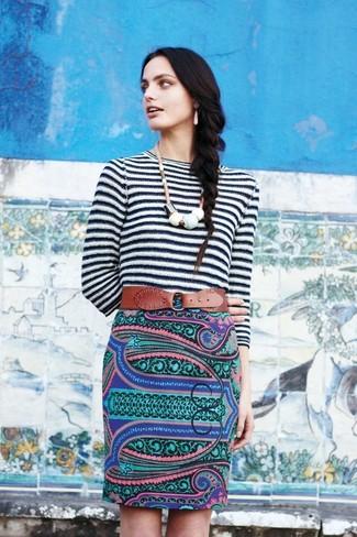 Weißer und schwarzer horizontal gestreifter Pullover mit Rundhalsausschnitt, Mehrfarbiger Bleistiftrock mit Paisley-Muster, Brauner Leder Taillengürtel, Weiße Halskette für Damen