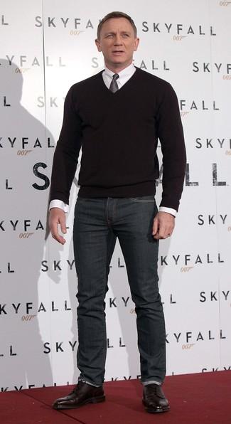 Daniel Craig trägt Schwarzer Pullover mit V-Ausschnitt, Weißes Businesshemd, Dunkelgraue Jeans, Dunkelrote Brogue Stiefel aus Leder