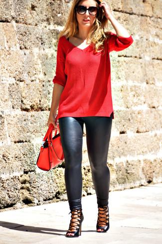 Entscheiden Sie sich für Komfort in einem roten Pullover mit einem V-Ausschnitt und schwarzen Lederleggings. Schwarze Römersandalen aus Leder sind eine perfekte Wahl, um dieses Outfit zu vervollständigen.