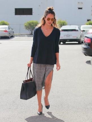 Jessica Alba trägt Schwarzer Pullover mit V-Ausschnitt, Graues Freizeitkleid, Schwarze Leder Pumps, Schwarze Shopper Tasche aus Leder