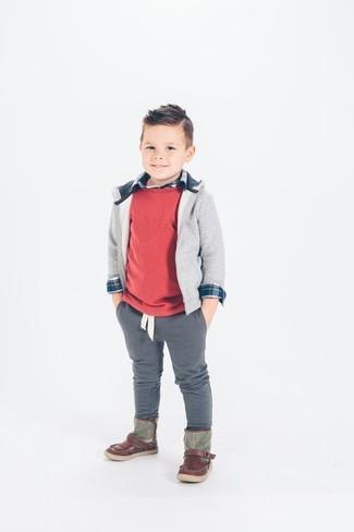 Wie kombinieren: roter Pullover, grauer Pullover mit einer Kapuze, dunkelblaues Langarmhemd, graue Hose