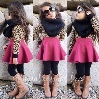 Wie kombinieren: beige Pullover, fuchsia Rock, beige Stiefel, schwarzer Schal