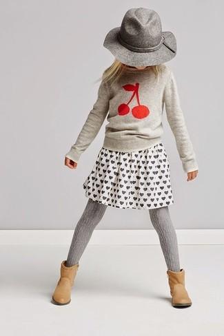 Wie kombinieren: grauer bedruckter Pullover, weißer bedruckter Rock, beige Stiefel, grauer Hut