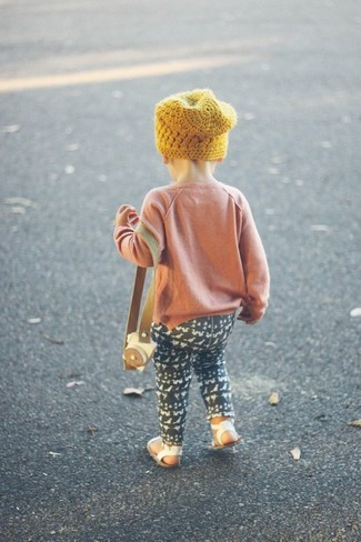 Wie kombinieren: rosa Pullover, schwarze Leggings, weiße Sandalen, gelbe Mütze