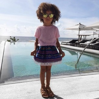 Wie kombinieren: rosa Pullover, dunkelblauer Rock, beige Sandalen, goldene Sonnenbrille