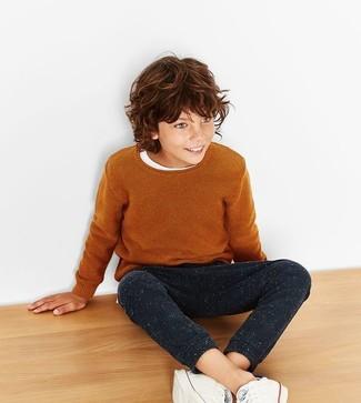 Wie kombinieren: rotbrauner Pullover, weißes T-shirt, schwarze Jogginghose, weiße Turnschuhe