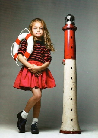 Wie kombinieren: roter horizontal gestreifter Pullover, roter Rock, schwarze Leder Oxford Schuhe, weiße Socke
