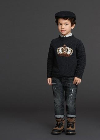 Wie kombinieren: schwarzer bedruckter Pullover, weißes bedrucktes Langarmhemd, dunkelgraue Jeans, braune Stiefel