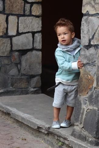 Wie kombinieren: mintgrüner Pullover, graues T-shirt, graue Shorts, graue Turnschuhe