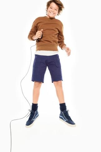Wie kombinieren: brauner Pullover, weißes T-shirt, dunkelblaue Shorts, dunkelblaue Turnschuhe