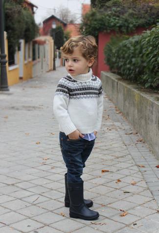 Wie kombinieren: weißer Pullover mit Fair Isle-Muster, blaues Langarmhemd mit Vichy-Muster, dunkelblaue Jeans, schwarze Gummistiefel