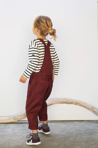 Wie kombinieren: weißer horizontal gestreifter Pullover, dunkelrote Latzhose, dunkelrote Turnschuhe, graue Socke