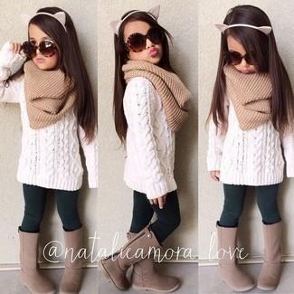 Wie kombinieren: weißer Pullover, dunkelgrüne Leggings, braune Stiefel, beige Schal