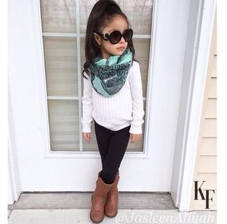 Wie kombinieren: weißer Pullover, schwarze Leggings, braune Stiefel, mintgrüner Schal