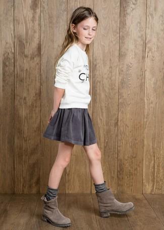 Wie kombinieren: weißer bedruckter Pullover, grauer Rock, graue Stiefel aus Wildleder, graue Socke