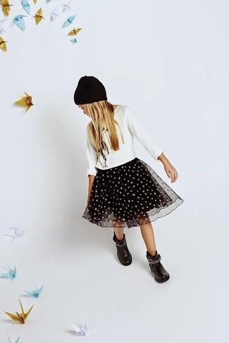 Wie kombinieren: weißer Pullover, schwarzer Tüllrock, schwarze Stiefel, schwarze Mütze