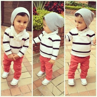 Wie kombinieren: weißer und schwarzer horizontal gestreifter Pullover, rote Jeans, weiße Turnschuhe, graue Mütze