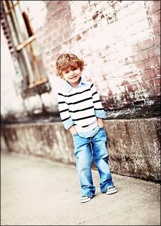 Wie kombinieren: weißer und schwarzer horizontal gestreifter Pullover, hellblaues Langarmhemd, hellblaue Jeans, schwarze und weiße Turnschuhe