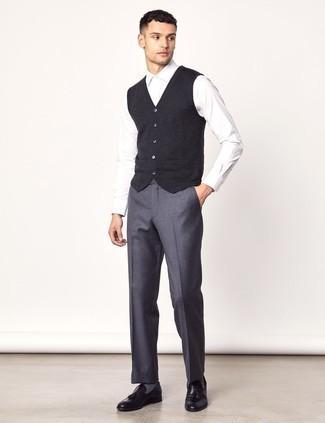 Weißes Businesshemd kombinieren: trends 2020: Kombinieren Sie ein weißes Businesshemd mit einer grauen Wollanzughose für einen stilvollen, eleganten Look. Suchen Sie nach leichtem Schuhwerk? Vervollständigen Sie Ihr Outfit mit schwarzen Leder Slippern mit Quasten für den Tag.