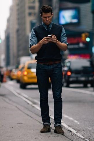 Wie kombinieren: schwarzer Pullunder, blaues Jeanshemd, dunkelblaue Jeans, dunkelbraune Chukka-Stiefel aus Wildleder