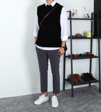 Dunkelgraue Chinohose kombinieren: trends 2020: Erwägen Sie das Tragen von einem schwarzen Pullunder und einer dunkelgrauen Chinohose, um einen eleganten, aber nicht zu festlichen Look zu kreieren. Wenn Sie nicht durch und durch formal auftreten möchten, komplettieren Sie Ihr Outfit mit weißen Leder niedrigen Sneakers.