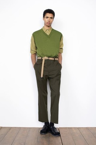 Hellbeige Segeltuchgürtel kombinieren – 123 Herren Outfits: Ein grüner Pullunder und ein hellbeige Segeltuchgürtel sind das Outfit Ihrer Wahl für faule Tage. Suchen Sie nach leichtem Schuhwerk? Ergänzen Sie Ihr Outfit mit schwarzen Ledersandalen für den Tag.