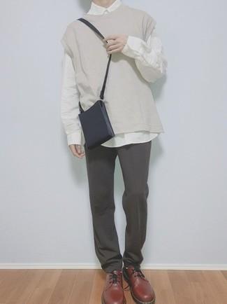 Braune Leder Derby Schuhe kombinieren – 500+ Herren Outfits: Kombinieren Sie einen hellbeige Pullunder mit einer dunkelgrauen Chinohose, um einen modischen Freizeitlook zu kreieren. Entscheiden Sie sich für braunen Leder Derby Schuhe, um Ihr Modebewusstsein zu zeigen.