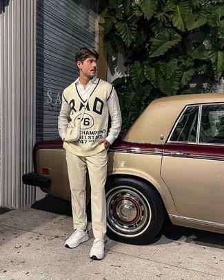 Weiße Sportschuhe kombinieren – 500+ Herren Outfits: Tragen Sie einen hellbeige bedruckten Pullunder und eine hellbeige Cord Chinohose für einen für die Arbeit geeigneten Look. Fühlen Sie sich mutig? Ergänzen Sie Ihr Outfit mit weißen Sportschuhen.