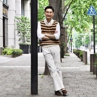 30 Jährige: Outfits Herren 2020: Die Paarung aus einem hellbeige Pullunder mit Norwegermuster und weißen Jeans ist eine ideale Wahl für einen Tag im Büro. Dunkelbraune Chukka-Stiefel aus Wildleder sind eine kluge Wahl, um dieses Outfit zu vervollständigen.