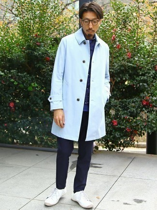Dunkelblaue gesteppte ärmellose Jacke kombinieren – 143 Herren Outfits: Erwägen Sie das Tragen von einer dunkelblauen gesteppten ärmelloser Jacke und einer dunkelblauen Chinohose für ein bequemes Outfit, das außerdem gut zusammen passt. Weiße Segeltuch niedrige Sneakers sind eine kluge Wahl, um dieses Outfit zu vervollständigen.