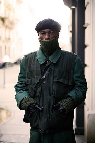 Wie kombinieren: dunkelgrüne Regenjacke, olivgrüne ärmellose Jacke, olivgrüner Strick Rollkragenpullover, schwarze Mütze
