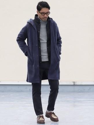 Dunkelrote Chukka-Stiefel aus Leder kombinieren – 32 Herren Outfits: Entscheiden Sie sich für eine dunkelblaue Regenjacke und eine dunkelgraue Chinohose, um einen lockeren, aber dennoch stylischen Look zu erhalten. Dunkelrote Chukka-Stiefel aus Leder fügen sich nahtlos in einer Vielzahl von Outfits ein.