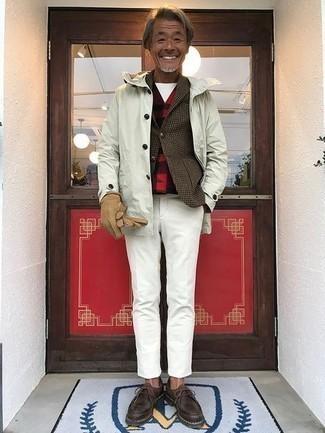 Wollärmellose jacke kombinieren – 13 Herren Outfits: Die Paarung aus einer Wollärmelloser jacke und einer weißen Chinohose ist eine komfortable Wahl, um Besorgungen in der Stadt zu erledigen. Dunkelbraune Chukka-Stiefel aus Leder sind eine ideale Wahl, um dieses Outfit zu vervollständigen.