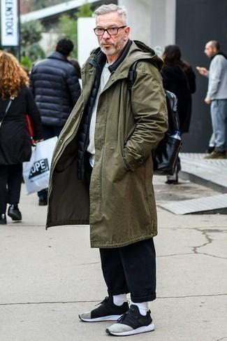 Dunkelblaue gesteppte ärmellose Jacke kombinieren – 143 Herren Outfits: Tragen Sie eine dunkelblaue gesteppte ärmellose Jacke und eine dunkelblaue Chinohose für einen bequemen Alltags-Look. Schwarze und weiße Sportschuhe leihen Originalität zu einem klassischen Look.