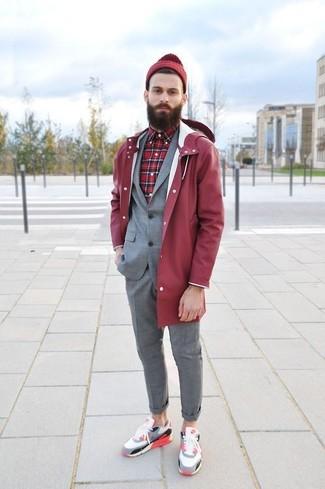 Wie kombinieren: rote Regenjacke, grauer Anzug, rotes Langarmhemd mit Schottenmuster, mehrfarbige niedrige Sneakers