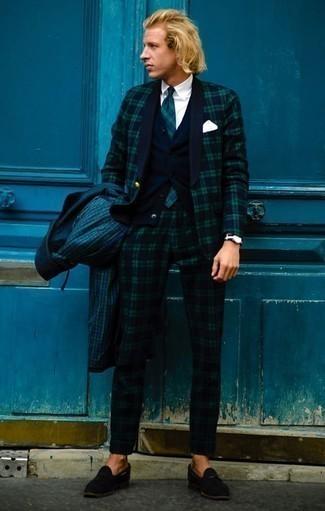 Dunkelblauen und grünen Anzug mit Schottenmuster kombinieren – 80 Herren Outfits: Die Paarung aus einem dunkelblauen und grünen Anzug mit Schottenmuster und einer dunkelgrünen Regenjacke mit Karomuster ist eine perfekte Wahl für einen Tag im Büro. Schwarze Wildleder Slipper mit Quasten sind eine einfache Möglichkeit, Ihren Look aufzuwerten.
