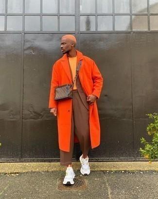 Anzug kombinieren – 500+ Herren Outfits: Kombinieren Sie einen Anzug mit einer orange Regenjacke für einen stilvollen, eleganten Look. Bringen Sie die Dinge durcheinander, indem Sie weißen Sportschuhe mit diesem Outfit tragen.