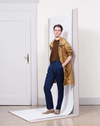 Wie kombinieren: beige Regenjacke, brauner Pullover mit einem Rundhalsausschnitt, dunkelblaue Anzughose, braune niedrige Sneakers