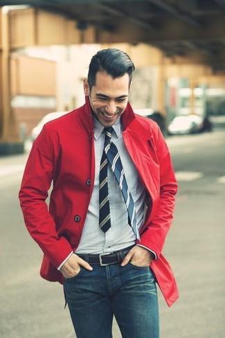 Wie kombinieren: rote Regenjacke, weißes und dunkelblaues vertikal gestreiftes Businesshemd, blaue enge Jeans, dunkelblaue vertikal gestreifte Krawatte