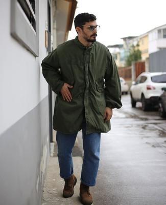 Braune Wildlederfreizeitstiefel kombinieren – 250 Herren Outfits: Tragen Sie eine dunkelgrüne Regenjacke und blauen Jeans, um mühelos alles zu meistern, was auch immer der Tag bringen mag. Fühlen Sie sich ideenreich? Entscheiden Sie sich für eine braune Wildlederfreizeitstiefel.