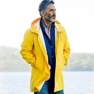 Wie kombinieren: gelbe Regenjacke, blaue gesteppte Shirtjacke, weißes und rotes und dunkelblaues Langarmhemd mit Schottenmuster, blaue Jeans