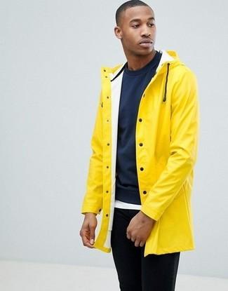 Wie kombinieren: gelbe Regenjacke, dunkelblaues Sweatshirt, weißes T-Shirt mit einem Rundhalsausschnitt, schwarze Chinohose