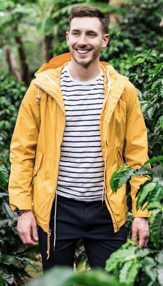 Wie kombinieren: gelbe Regenjacke, weißes und schwarzes horizontal gestreiftes T-Shirt mit einem Rundhalsausschnitt, dunkelblaue Anzughose, braune Lederuhr
