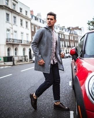Smart-Casual Outfits Herren 2020: Tragen Sie eine graue Regenjacke und dunkelblauen Jeans für ein großartiges Wochenend-Outfit. Fühlen Sie sich ideenreich? Komplettieren Sie Ihr Outfit mit dunkelbraunen Doppelmonks aus Leder.