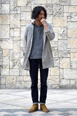 Braune Chelsea Boots aus Wildleder kombinieren: trends 2020: Kombinieren Sie eine graue Regenjacke mit dunkelblauen Jeans für ein Alltagsoutfit, das Charakter und Persönlichkeit ausstrahlt. Komplettieren Sie Ihr Outfit mit braunen Chelsea Boots aus Wildleder, um Ihr Modebewusstsein zu zeigen.
