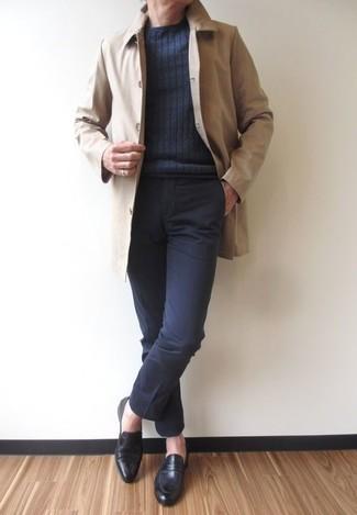 Wie kombinieren: hellbeige Regenjacke, dunkelgrauer Pullover mit einem Rundhalsausschnitt, schwarze Anzughose, schwarze Leder Slipper