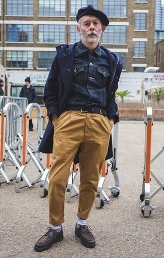 Dunkelblaues Jeanshemd kombinieren: trends 2020: Vereinigen Sie ein dunkelblaues Jeanshemd mit einer beige Chinohose für ein Alltagsoutfit, das Charakter und Persönlichkeit ausstrahlt. Fühlen Sie sich mutig? Wählen Sie dunkelbraunen Leder Derby Schuhe.