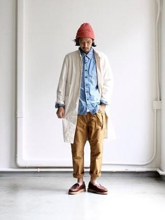 Wie kombinieren: hellbeige Regenjacke, hellblaues Jeanshemd, weißes T-Shirt mit einem Rundhalsausschnitt, beige Chinohose
